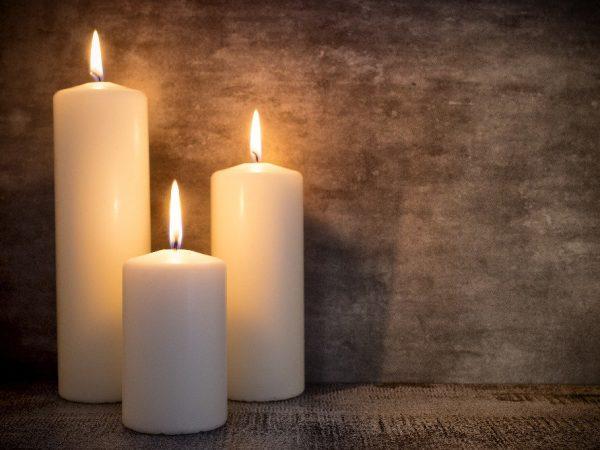 Jak usunąć wosk ze świecy?