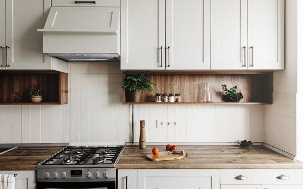 Usuwanie tłustych plam z szafek kuchennych
