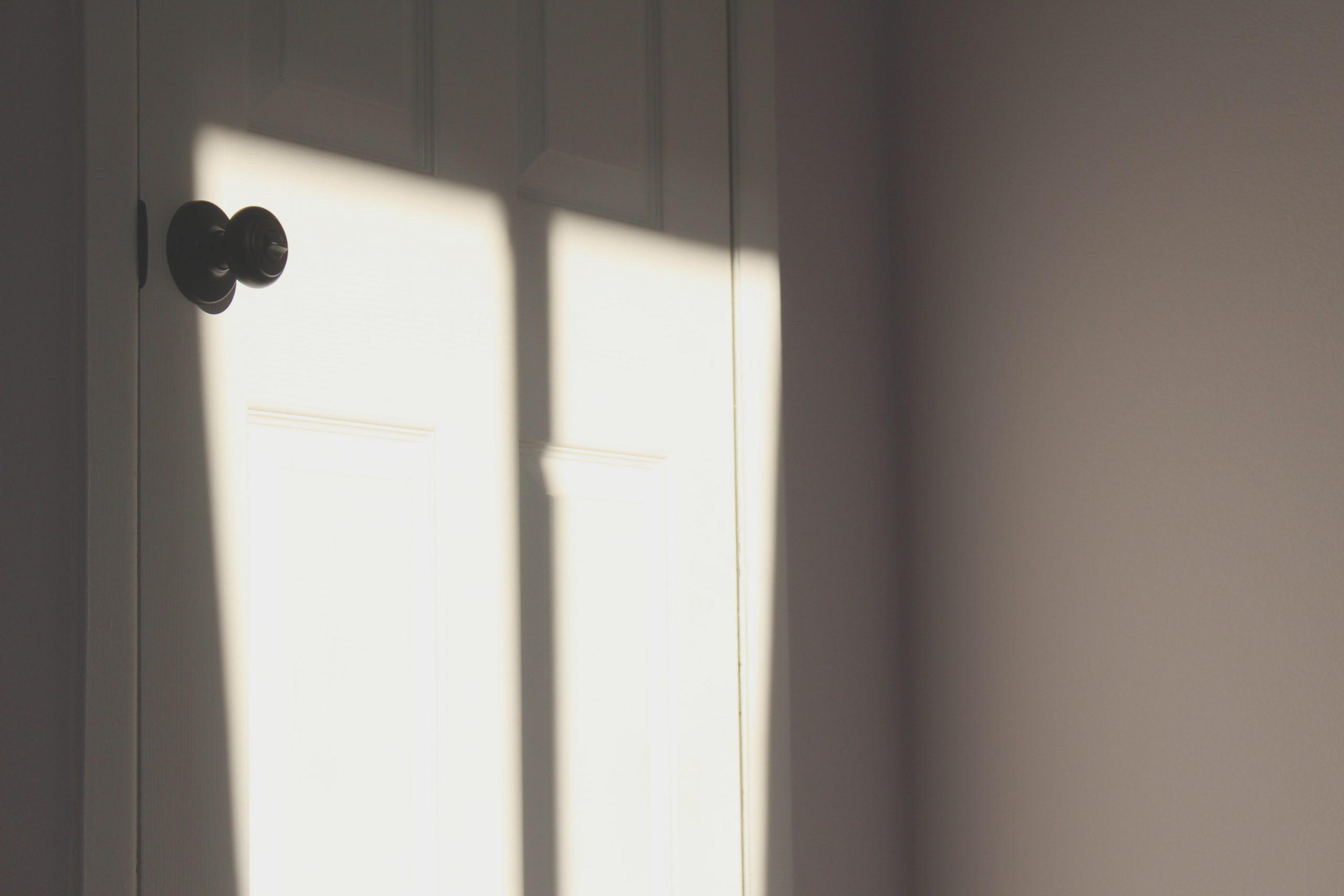 Białe drzwi wewnętrzne – w jakich stylach się sprawdzą?