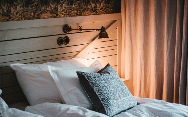 Drewniane łóżko najlepiej kupić u producenta