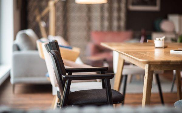 Fameg – drewniane krzesła do salonu i jadalni